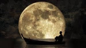 uzlah di sampan depan bulan